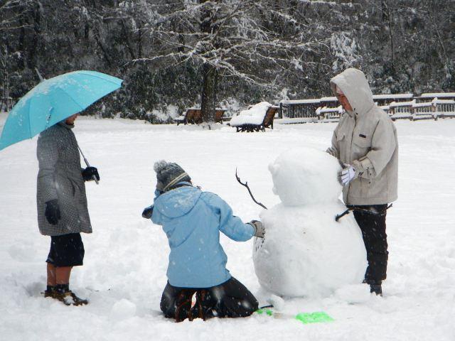 雪のかまくら遊び