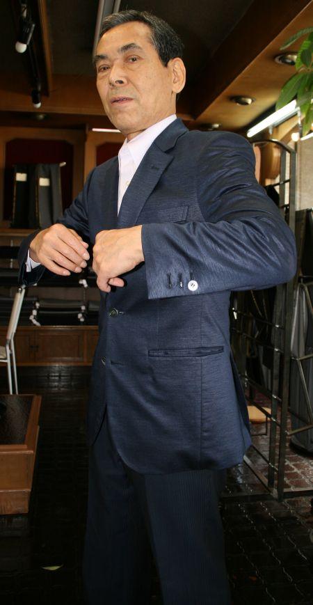 ラミージャージー麻ジャケットを着た店長