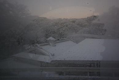 曇った窓、雪の夜明け