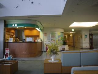 病院のロビーで