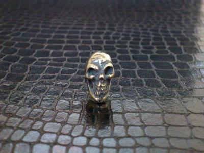 Miniature_skull_earring_001.jpg