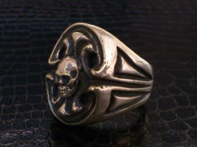 Skull_on_sculpted_oval_signet_ring-005.jpg
