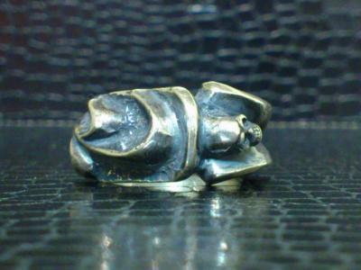 Small_gothic_skull_ring-001.jpg
