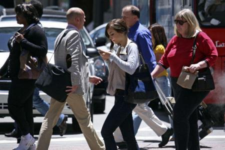walking_smartphone_convert_20130418221713.jpg