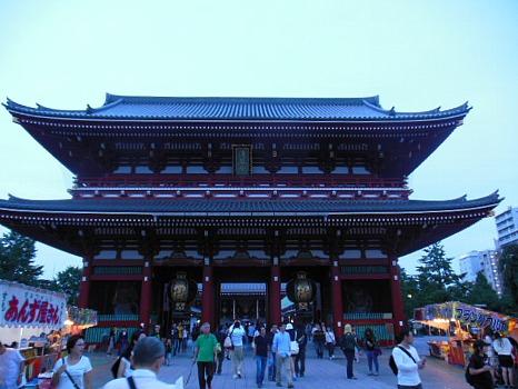 祭日の浅草寺