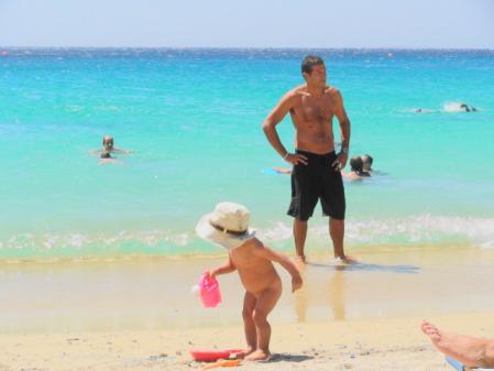 子供も遊ぶプロコピオスビーチ