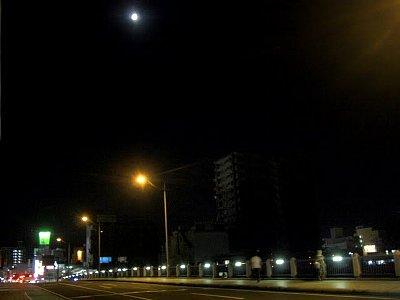 五ヶ瀬川と月