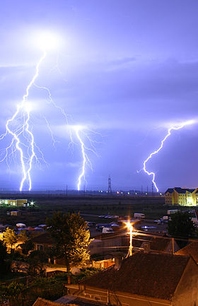 280px-Lightning_over_Oradea_Romania_3.jpg