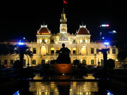 人民委員会庁舎(夜)