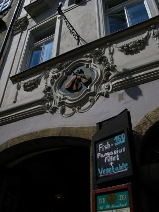 ネルドヴァ通りのレリーフ