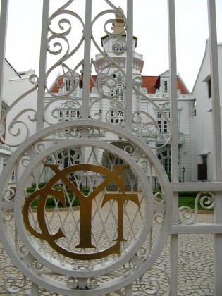 白亜の建物