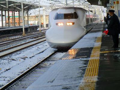 雪の中の新幹線