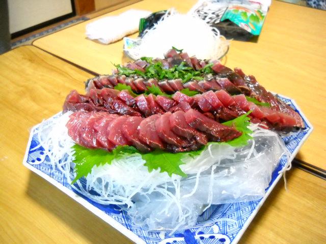 夕食はおばあちゃんの手作りのたたきですいやーおいしかったです上は刺身です