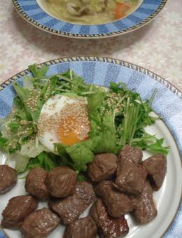 11.2 済 温泉卵のサラダ サイコロステーキ