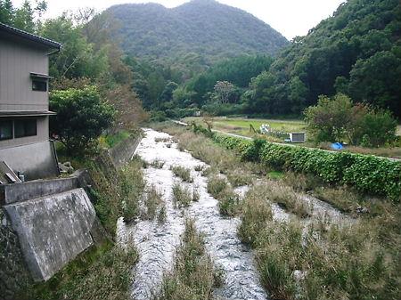 和菓子処うませ の裏の川