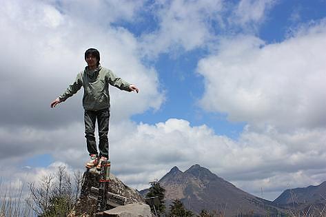 頂上の岩に立つ若者♪