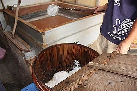二番目の釜から塩を取ります♪