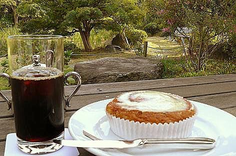 シナモンロールとアイスコーヒー♪