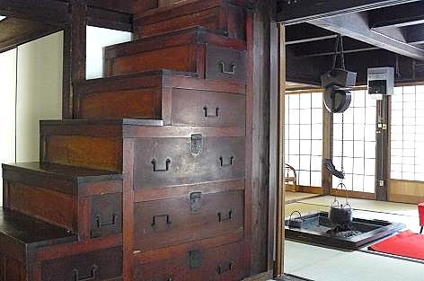 階段箪笥と囲炉裏も♪