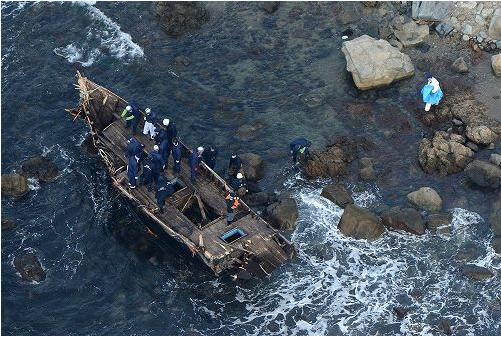 脱北者か 漂着小型船に複数の遺体…佐渡