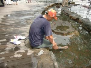 足湯につかるボス