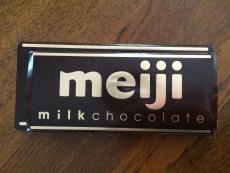 重ねてみるとこれだけ違う。(上が新しいの。下が前の) #チョコレート #明治
