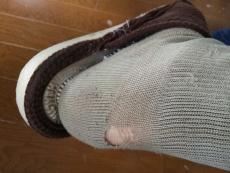 今見たら靴下に穴が開いてた。こんなところが破れるとは!新しいパターン。 靴擦れとかするところだから擦れるのは理解できるけど、破れるのって初めてだよなぁ。 #muji #無印