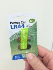 ボタン電池LR44、百円ショップで4個パックで売ってた。これならライト毎買い替えるよりスマートな感じがする。(1個余るのが微妙だけど)