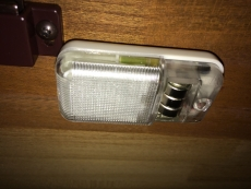 戸棚に付けた扉を開けると灯りが点くやつ、電池が切れたので交換しようと思ったら、電池が外れない。まぁ百円だから贅沢言えるものでもないが。