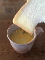 パンを食うときのスープは、口の広いカップに入れるべきだと気付いた。