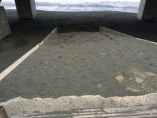 スロープの先が崩れて降りられなくなってる。(いや降りようと思えば降りられるが)こないだの台風でか?これってただの砂の塊だったのか!? #海 #海photo
