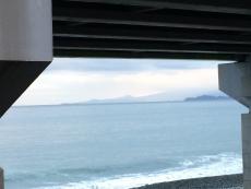 伊豆半島の手前(左側)に島が見える。今まで気づかなかったが、あれは初島か?初島ってもっと遠いイメージがあったが、こんなに近いのか。#海 #海photo