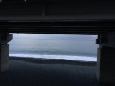 タンカーだか貨物船だかが居る。どこから何処へ行く船なんだろうか?#海 #海photo