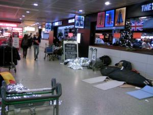 床に寝る人々