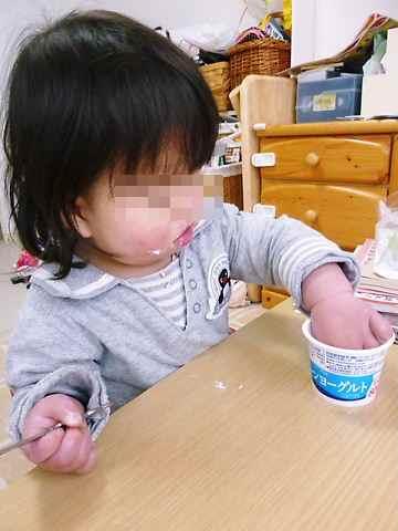 ヨーグルトを食べる
