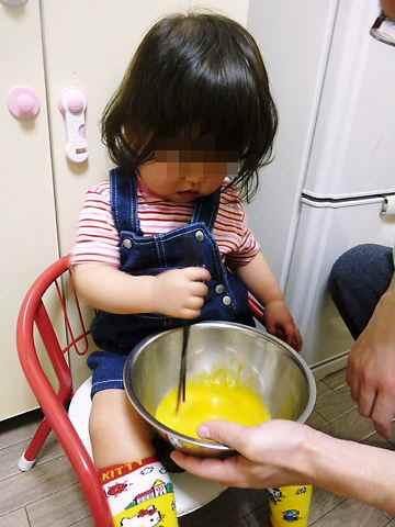 台所育児 卵をまぜまぜ