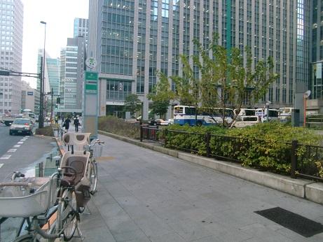 美しい丸の内駅舎の前の自転車 ...