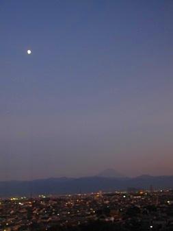 月と街と富士