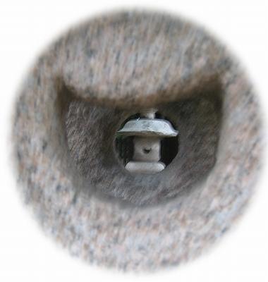 灯篭の穴から覗く