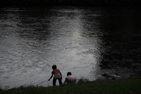 二人で川遊び