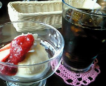 セットのコーヒーとサービスのデザート
