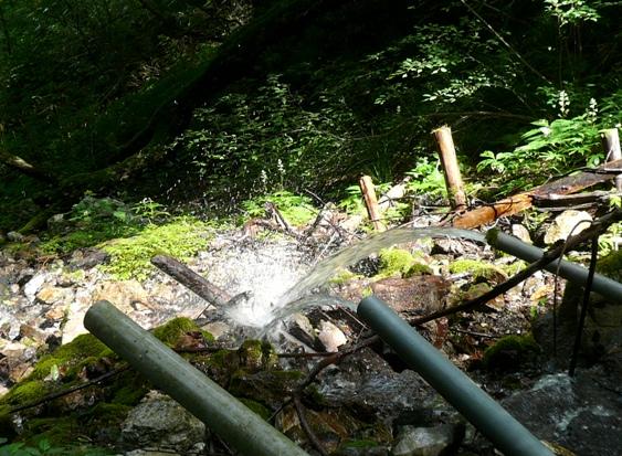 地表には小川、土中から飲み水用の(?)排菅。