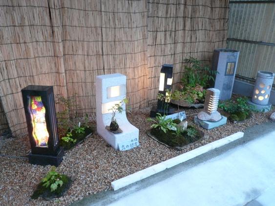 「恋の行方」左から2番目、「石とガラスの物語」左から3番目、ともに164,000円