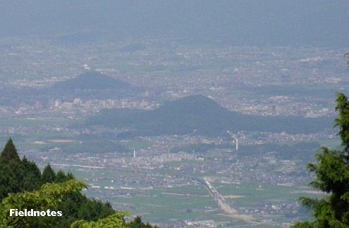 展望台から見た畝傍山(手前)と耳成山(奥)の大和二山