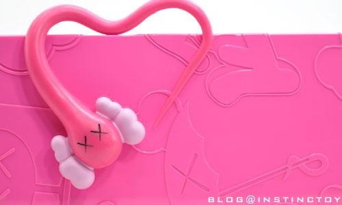 blogtop-kaws-bendy-pink-wb.jpg