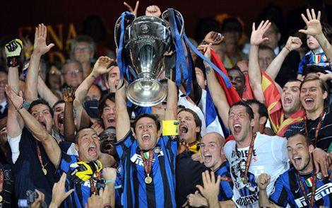 zanetti_alza_champions.jpg