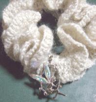 白毛糸のシュシュ フェアリーチャーム付き 2