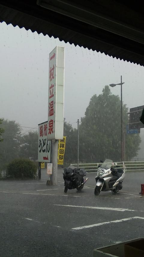 一品街で雨宿り