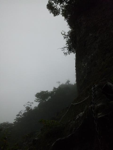 水平な鎖場、崖にへばり付いて