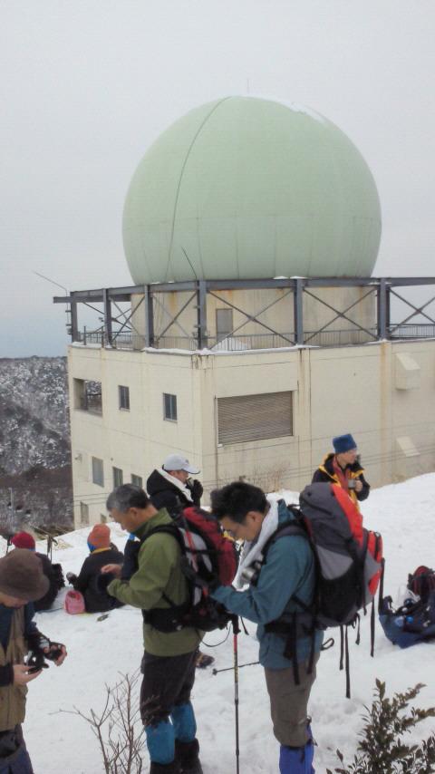 頂上には縦走のグループ昼飯